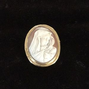 Jewelry - Lovely gold cameo
